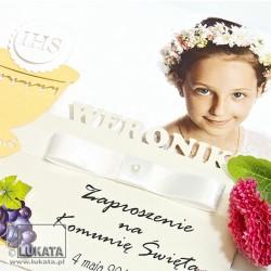 Zaproszenie ze zdjęciem i wycinanym imieniem na Komunię dziewczynka z imieniem