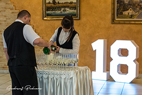 Rozlewanie szampana na 18 stce