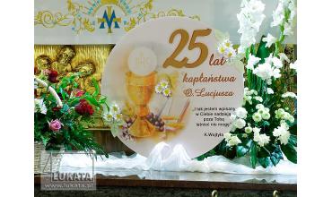 Dekorujemy ołtarz z okazji rocznicy kapłaństwa